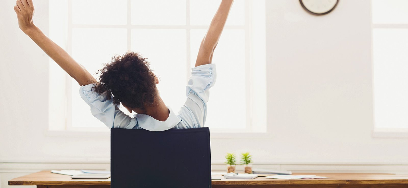Ejercicios-y-estiramientos-en-la-oficina-para-aliviar-el-dolor